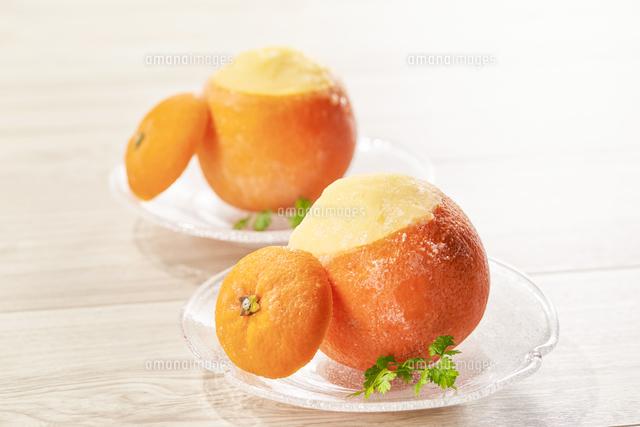 丸ごとオレンジシャーベットの写真素材 [FYI04663242]