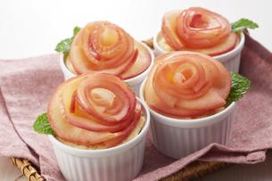 薔薇の花をあしらったアップルタルトの写真素材 [FYI04663277]