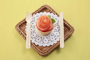 薔薇の花をあしらったアップルタルトの写真素材 [FYI04663283]