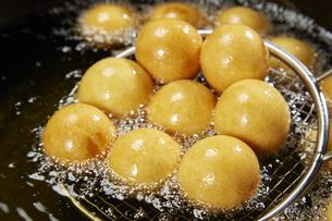 カノム・カイ・ノッククラター(うずらの卵形のもちもちドーナツ)の写真素材 [FYI04663293]