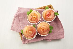 薔薇の花をあしらったアップルタルトの写真素材 [FYI04663303]