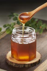 はちみつを垂らす はちみつ honeyの写真素材 [FYI04663310]