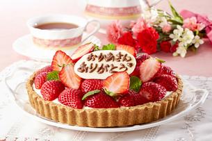 今日は母の日。甘酸っぱい苺のレアチーズタルトの写真素材 [FYI04663387]
