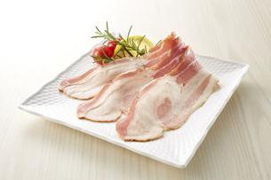 ベーコン (sliced bacon)の写真素材 [FYI04663512]