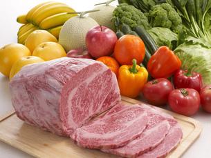 高級牛肉ブロックと野菜とフルーツの写真素材 [FYI04663577]