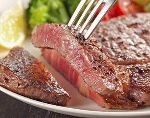 Grilled sirloin steak on white plateの写真素材 [FYI04663590]