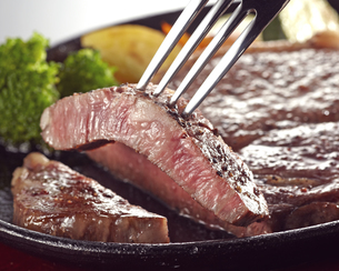 Grilled sirloin steak on iron plateの写真素材 [FYI04663641]