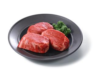 牛ヒレステーキ 生肉の写真素材 [FYI04663675]