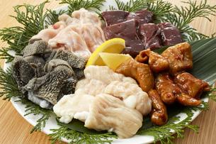 ホルモン5種盛(テッチャン、センマイ、シマチョウ、レバー、鶏ハラミ)の写真素材 [FYI04663790]