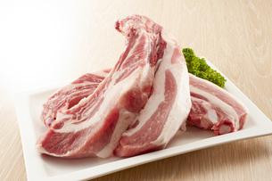 豚スペアリブ (pork spare ribs)の写真素材 [FYI04663932]