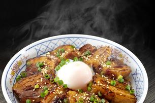 温泉卵がのった角煮丼 湯気ありの写真素材 [FYI04663950]