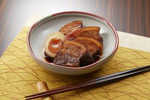 箸でほぐれるほど柔らかい豚の角煮の写真素材 [FYI04663954]