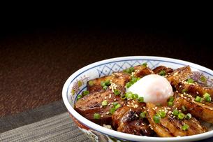 角煮丼 温泉卵のせの写真素材 [FYI04663965]