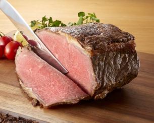 ローストビーフの塊肉の写真素材 [FYI04663972]