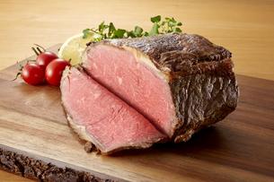 ローストビーフの塊肉の写真素材 [FYI04663975]