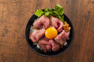 ローストビーフ丼の写真素材 [FYI04663977]