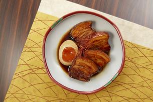 箸でほぐれるほど柔らかい豚の角煮の写真素材 [FYI04663979]