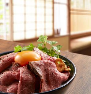 ローストビーフ丼の写真素材 [FYI04663985]