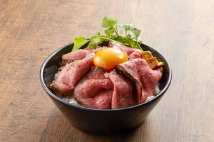 ローストビーフ丼の写真素材 [FYI04664001]