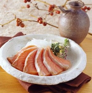 鮭児さしみ 酒の写真素材 [FYI04664122]