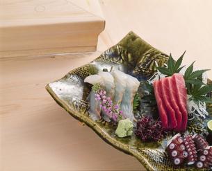寿司屋のカウンターでいただくお刺身盛り合わせ の写真素材 [FYI04664402]