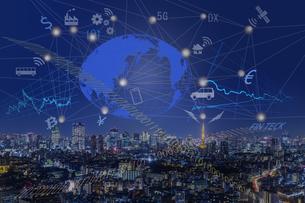 都会の夜景に浮かぶネットワーク社会イメージの写真素材 [FYI04664457]