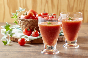Tomato and tomato juice on a wooden tableの写真素材 [FYI04664643]