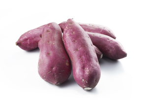 鳴門金時 (sweet potato grown in sandy soil)の写真素材 [FYI04664880]