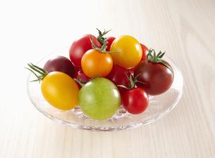 カラフルなミニトマトたちの写真素材 [FYI04664973]
