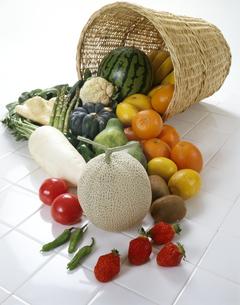 タイルに無造作に置かれた野菜たちの写真素材 [FYI04665015]