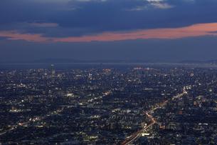 信貴生駒スカイラインから大阪の夜景の写真素材 [FYI04665134]