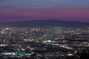 信貴生駒スカイラインから大阪の夜景の写真素材 [FYI04665148]