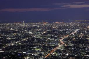 信貴生駒スカイラインから大阪の夜景の写真素材 [FYI04665153]