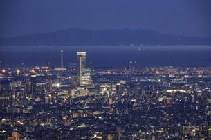 信貴生駒スカイラインから大阪の夜景の写真素材 [FYI04665158]
