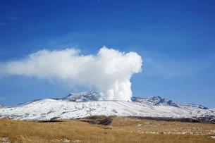 阿蘇山-水蒸気-冬-快晴の写真素材 [FYI04665195]
