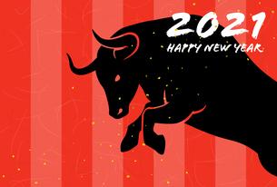 丑年の年賀状テンプレート 跳ぶ雄牛のイラスト素材 [FYI04665296]