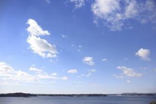 12月の寒い伊勢志摩の青空の写真素材 [FYI04665323]