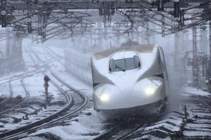 東海道新幹線N700系 米原 スプリンクラーの写真素材 [FYI04665501]