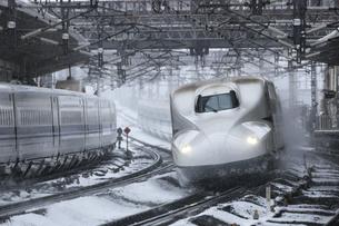 東海道新幹線N700系 米原 スプリンクラーの写真素材 [FYI04665502]