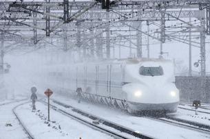 東海道新幹線N700系 米原 スプリンクラーの写真素材 [FYI04665525]
