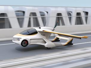 高速道路に離陸(着陸)しているフライングカーのコンセプトイメージの写真素材 [FYI04665752]