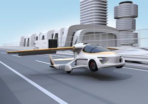 高速道路に離陸(着陸)しているフライングカーのコンセプトイメージの写真素材 [FYI04665761]