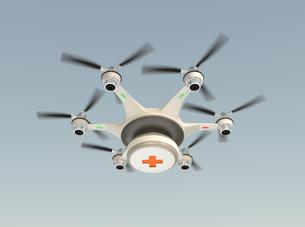 救急キットを投下するドローン。高速救助支援コンセプト。の写真素材 [FYI04665793]