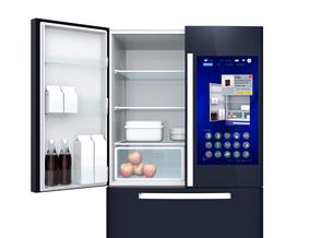 スマート冷蔵庫の扉にあるタッチスクリーンで食材残量や賞味期限確認管理コンセプトの写真素材 [FYI04665821]