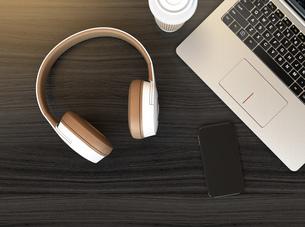 ホワイトとライトブラウンツートンカラーのヘッドフォンとノートパソコンの写真素材 [FYI04665836]