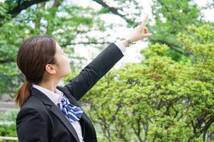 指をさす制服姿の学生の写真素材 [FYI04665846]