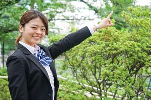 指をさす制服姿の学生の写真素材 [FYI04665854]