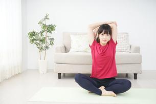 ストレッチをする若い女性の写真素材 [FYI04665858]
