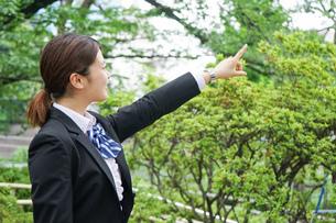 指をさす制服姿の学生の写真素材 [FYI04665863]
