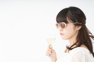 ワインを飲む若い女性の写真素材 [FYI04665893]